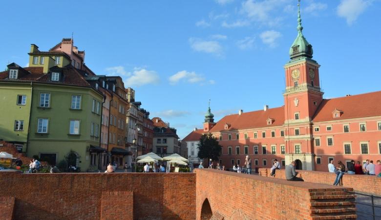 """Старый город Варшавы, разрушенный почти до основания во время второй мировой войны, внесен в список Всемирного наследия ЮНЕСКО """"как исключительный пример почти полного восстановления исторического периода"""""""