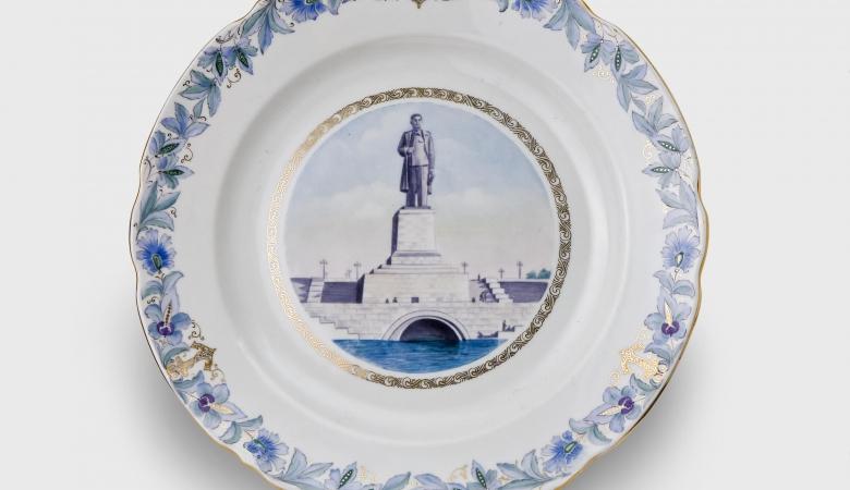 Тарелка из сервиза, посвященного каналу Москва - Волга. На берегу канала памятник утрачен, а на тарелке сохранился